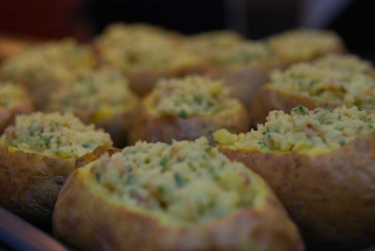 """Zu Kalbsfilet mit Morchelrahmsauve wärmstens zu empfehlen: Macairekartoffeln: Mit Dörrfleisch und Zwiebeln gefüllte mehlig-kochende Kartoffeln - aus dem Kochkurs """"Festliches Menü""""!"""