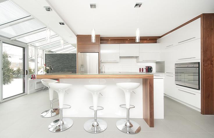 La pure. Armoires de cuisines blanches et une touche de bois