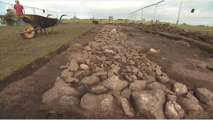 A Bronze Age stone pathway that links stone circles is uncovered on Bodmin Moor for the first time since the 1930s.