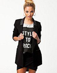 Lange blazer van ONLY met twee zakken aan de voorzijde. Kunstleren revers, kraag en zakken. Schoudervullingen. Gemaakt van polyester.
