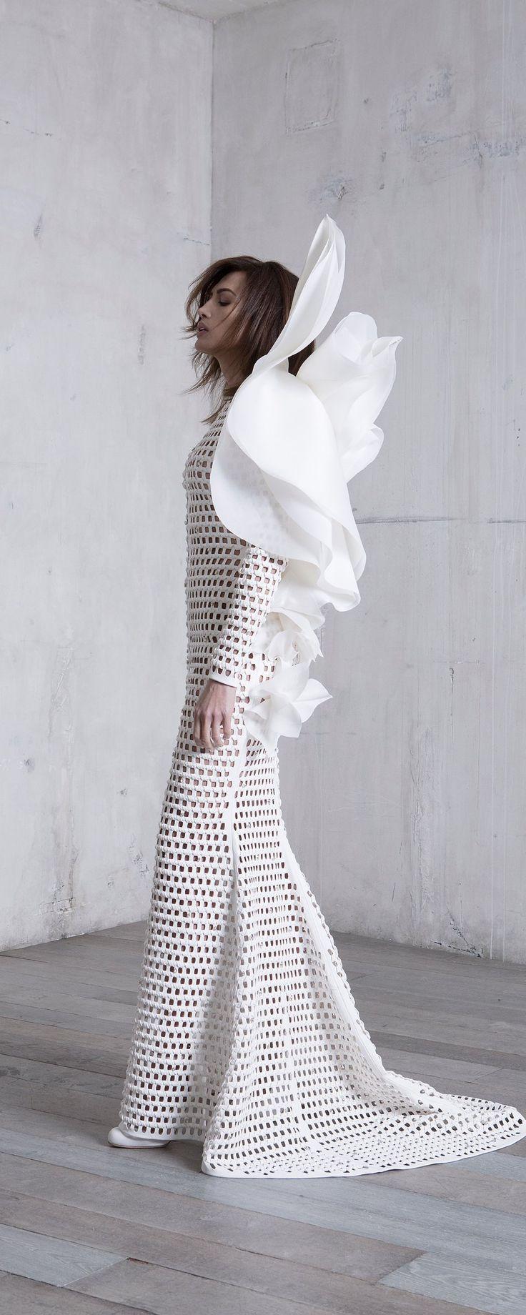 Stéphane Rolland Printemps-été 2017 - Haute couture - Robe pull en cuir natté et sculptures de gazar blanc - http://fr.orientpalms.com/Stephane-Rolland-6543