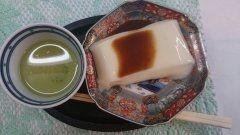 佐賀県の地元民に愛されるお豆腐がごどうふ 豆乳に葛とでん粉を溶かしたものをいれて作った豆腐なんですよ 醤油ではなくオリジナルのタレをつけて食べるのが特徴 黒みつをかけてスイーツとしても楽しむのもおすすめ()v tags[佐賀県]