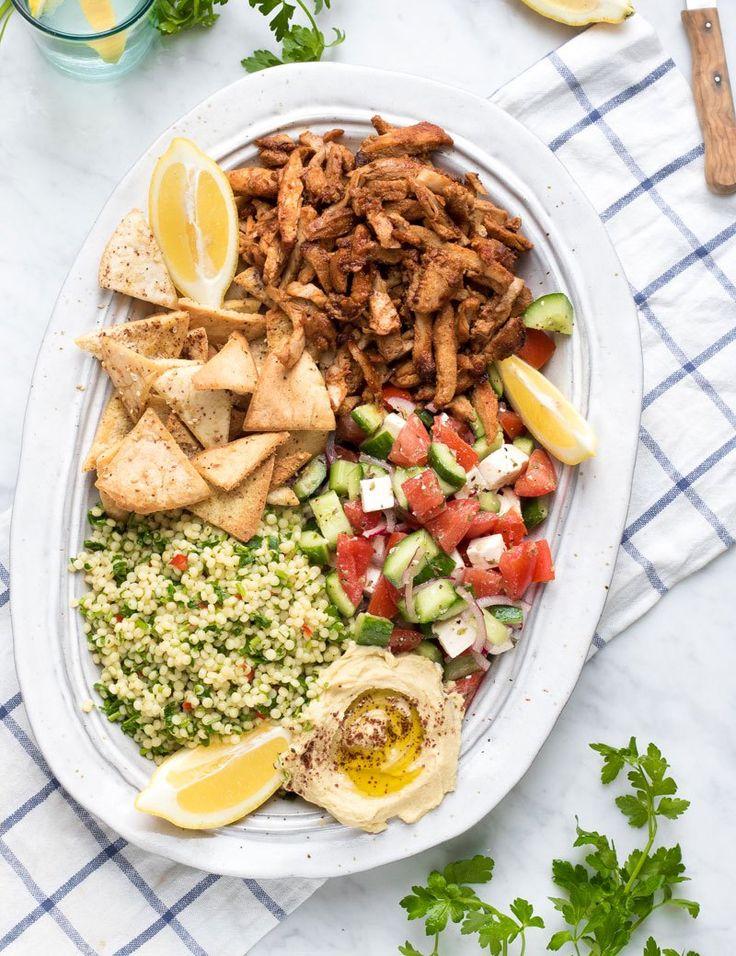 Kipdöner lijkt lastig te maken thuis maar eigenlijk is het heel erg makkelijk. Door het vlees een nacht te laten marineren en vervolgens af te bakken in de oven krijg je hele lekkere en sappige kip. Lekker om te serveren in een pita of zoals ik deed met verschillende bijgerechtjes, zoals een Griekse salade, parelcouscous,...