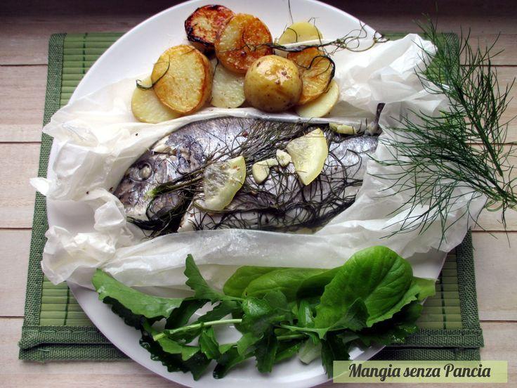 Ecco come preparare l'orata al cartoccio in padella su un letto di patate in versione light. L'orata resta morbida e sugosa e le patate croccanti e saporite