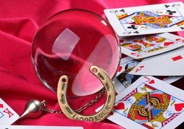 Wahrsagen mit Skatkarten Skatkarten haben die meisten von uns zuhause. Wie wäre es also mal, wenn wir uns selbst damit die Zukunft vorhersagen?  #vidensus #kartenlegen #skatkarten #hellsehen #gratisgespräch