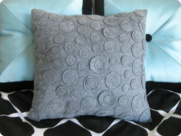love this blog,  diy galore, and knock of your favorite stores.  now I just need to learn to sew....Felt Circles, Ideas, Life Crafts, Circles Pillows, Knockoff, Barrels Layla, Felt Pillows, Diy Home, Crates