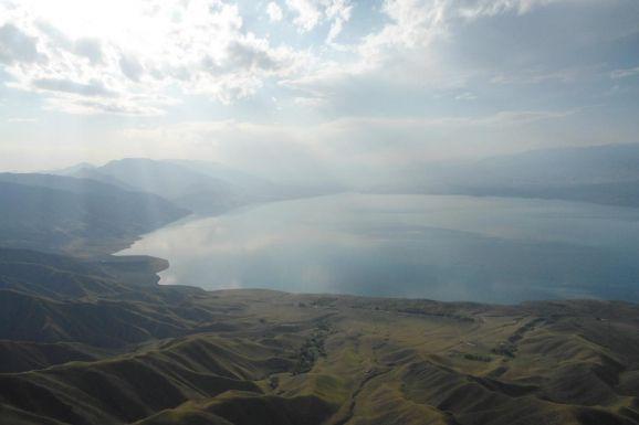 Киргизия на машине. Отдохнуть на горных озерах, задержавшись на Иссык-Куле, в одном из прибрежных отелей, условия которого можно сравнить с условиями «многозвездочных» курортных гостиниц Турции.  Полюбоваться флорой и фауной Киргизии, а любители охоты могут принять участие в интересном для них мероприятии – охота на сибирского козерога, обитающего только в горах Тянь-Шаня.  Можно познакомиться с древними вершинами Тянь-Шаня, среди которых есть знаменитый пик Победы и на которых даже в летнюю…