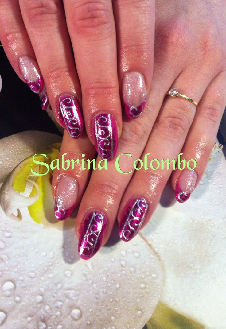 Copertura in gel unghie naturali almond nail, forma mandorla, fucsia con nail art a mano in argento silver di riccioli ..