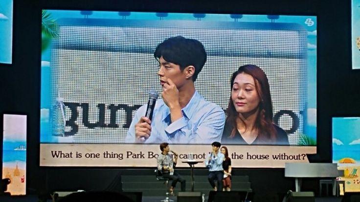 SingaporeFM park bo gum 家で出るとき必ず取りまとめるものがあるのかは、  質問がありました    パク宝剣:ウォレット!お金が必ず含まれている財布であり。  クールエイド?