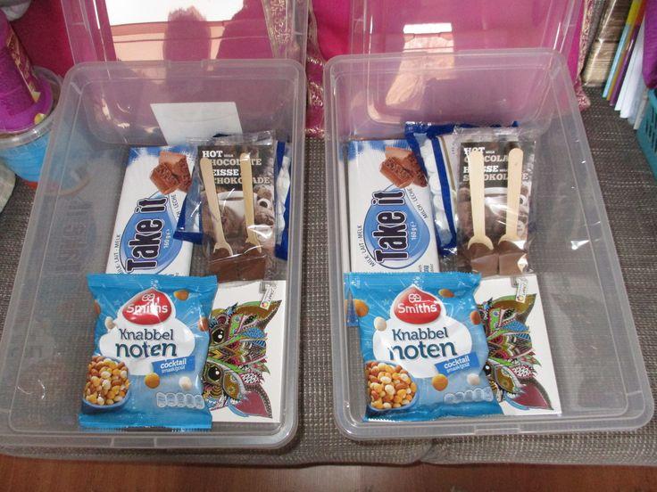 Vorig jaar 2 pakketjes voor 'dinnetjes die té ver weg wonen in 't land gemaakt, met o.a. dit: Take it luchtige chocolade 160 melk (0,89) smiths knabbelnoten 145 gr (0,89) pepermunt (0,59) kleurboek, volwassen (0,89) hot chocolate stick 2 st, 60 gr. melk (0,79) Dit alles verpakt in een  iris opbergbox met deksel 11 l. (2,49) En ze waardeerden het beiden :D En ik vind/vond het leuk om te maken & te versturen, beetje stiekem... :D