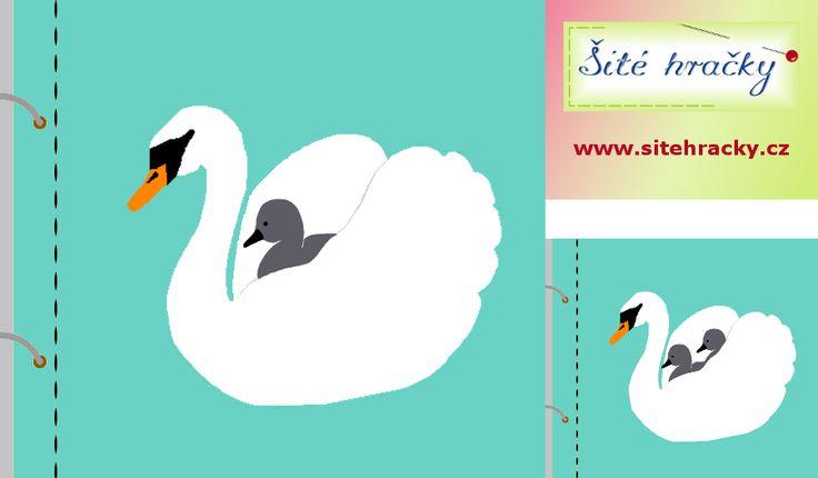 """Zadní křídlo napevno přišité na stránce. Zbytek těla labutě přišit tak, aby přední křídlo tvořilo """"kapsu"""" pro mláďata. Labuť může vozit jedno nebo i více mláďat."""