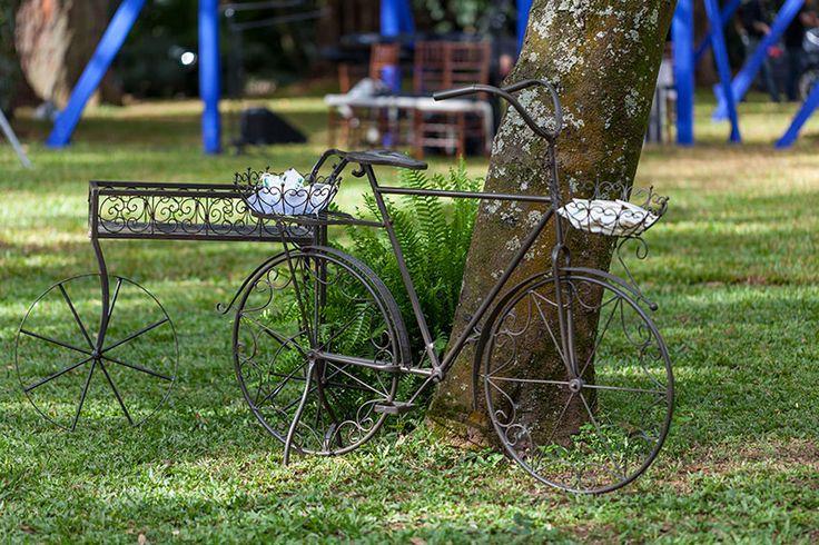 decoração de casamento rústica com cadeiras e mesas de madeira com biciicleta