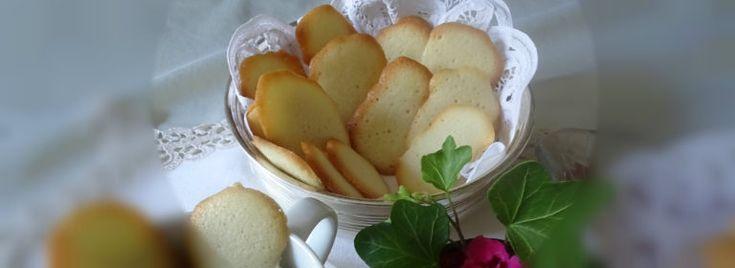 Lingue di gatto Inconfondibili per la forma stretta e allungata , le lingue di gatto sono  deliziosi #biscottini realizzati con #zucchero, #burro, #farina e #albumi. Leggeri e friabili, questi biscottini, sono ottimi da gustare a #merenda con una tazza di #cioccolata calda,  perfetti per accompagnare dolci al cucchiaio, #gelati, coppe di #frutta,  creme alla #vaniglia o #chantilly e chiudere in dolcezza un menu elegante.