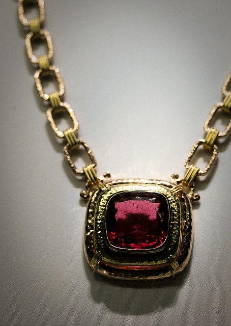 золотое ожерелье с рубеллитом весом 55,4 карата