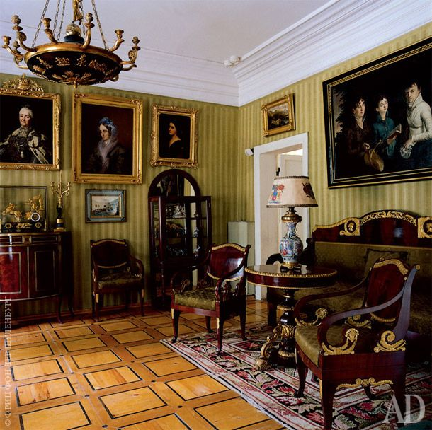 """""""Зеленая гостиная"""" – пример """"нормальной"""" мурановской комнаты. Здесь слитературой ничто не связано, зато стоит отличная ампирная мебель красногодерева с бронзовыми накладками, горка сфарфором (без которой ни один усадебный интерьер не обходится) и висят семейные портреты."""