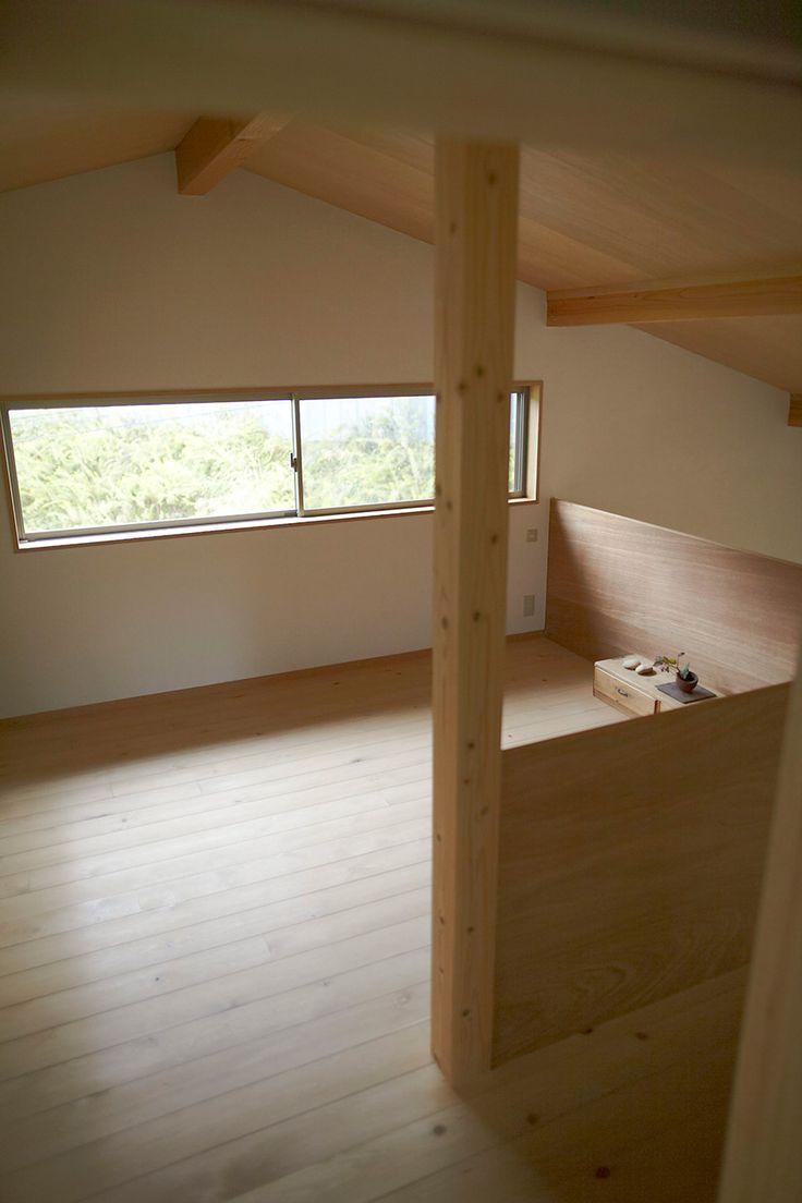 2階の吹き抜けのロフトを寝室に。日当たりも確保。