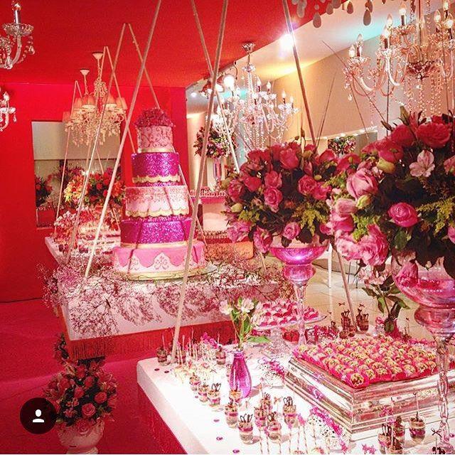 «Da série de festas de #15anos que marcaram 2015, o de Bárbara Maia, no @barbrasbuffet. A decoração com mesas suspensas por @rosalvopontedecoracoes,…»