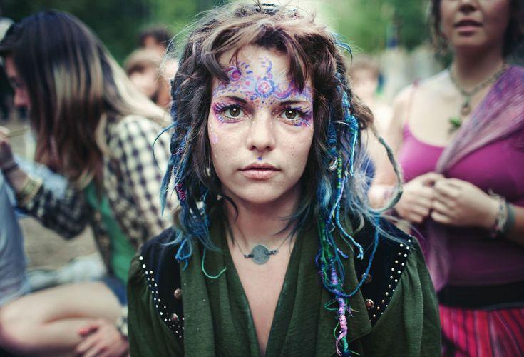Am Ende des Regenbogens befindet sich kein Goldtopf, sondern eine Hippie-Kommune, die dich anmalen und ein Freiluft-Festival mit dir feiern will. #hippie #festival #rainbow #gathering #family #kommune #colorful #gipsys #focalizer #reallifenyannyan   Article: Pierre  Photo: Benoit Paillé  Link: