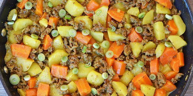 God opskrift med hakket oksekød, kartofler og gulerødder i en cremet sovs med kokosmælk og et mildt strejf af karry.