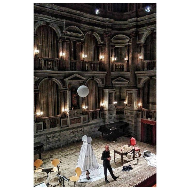 """Teatro Bibiena. Antonio Bibiena progettò una scena fissa, alle cui spalle edificò due corridoi sovrapposti a formare un loggiato a due piani.  Poche settimane dopo l'inaugurazione, il 16 gennaio 1770, ospitò un concerto pianistico del giovane Mozart, non ancora quattordicenne con arie da concerto con due sinfonie di Mozart e l'edificio suscitò il compiacimento del Mozart padre, il quale scrisse da Mantova alla moglie: """"Oggi ho visto il teatro più bello del mondo""""."""