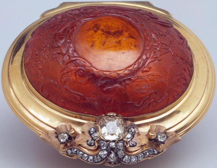 Cutie cu ambră, aur, diamante (sec. XVIII) Rusia / St Petersburg / Muzeul Ermitaj Cutie pentru tutun de prizat din aur cu ambră (chihlimbar) şi diamante; artă germană, I-a jumătate a secolului al X…