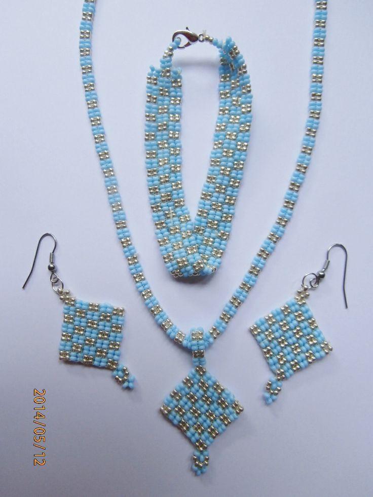 Set šitých šperků.