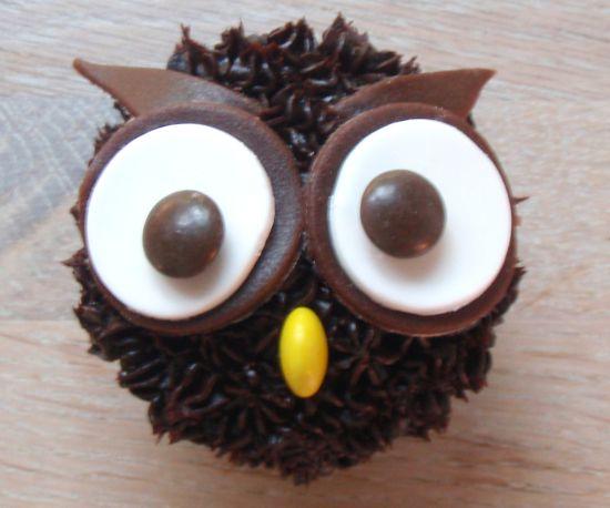 Een leuke #cupcake voor de #herfst. Het uiltje op de cupcake maak je van choco toefjes en #marsepein. Klik op de afbeelding voor het #recept. #chocola #uil