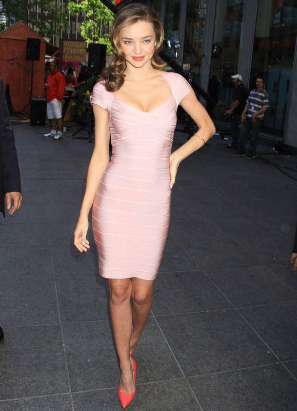 ¿Quién dice que este color no puede ser sexy? Para ejemplo Miranda Kerr con este vestido venda de Hervé Léger combinado con unos salones en color coral.