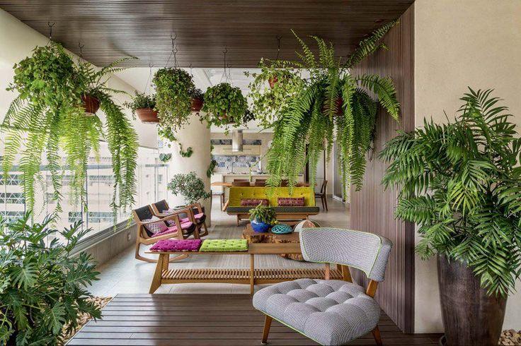 Na varanda, plantas e peças como o banco Brasília (Fernando Jaeger Atelier) e as poltronas de balanço Euvira, de Jader Almeida (Dpot), dão o toque tropical.