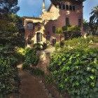 1906-1925 Casa de Gaudí . Se instaló en la casa muestra del Park Güell con su padre, Francesc Gaudí i Serra, y con su sobrina, Rosa Egea i Gaudí. Francesc Gaudí había adquirido la casa en agosto de aquel año. Aunque se desconoce si el arquitecto decoró la casa, parece ser que realizó varias modificaciones en su interior. Probablemente proyectó el cancel de entrada y la pérgola que delimita la finca. Vivió en esta casa durante casi veinte años de su vida
