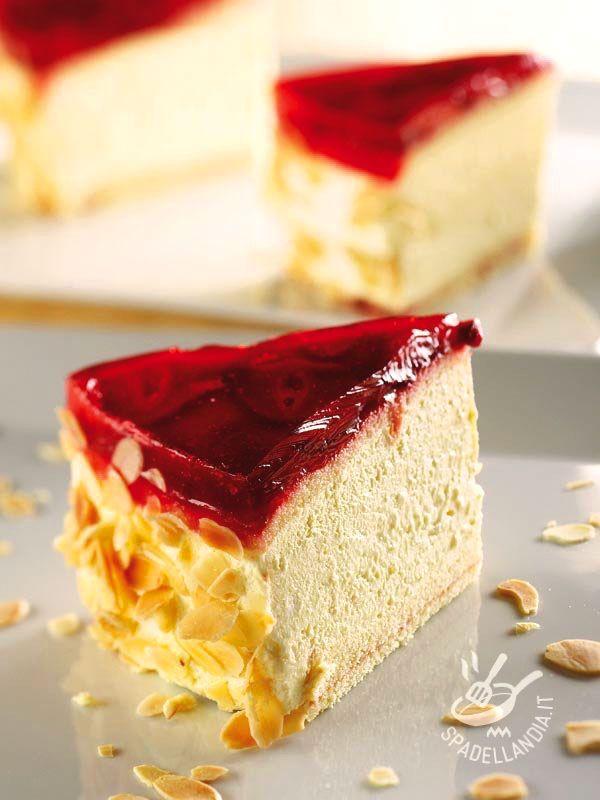 La Torta di ricotta e panna con gelatina di fragole è davvero golosissima. Ideale quando la voglia di dolce morbido e genuino è irresitibile...