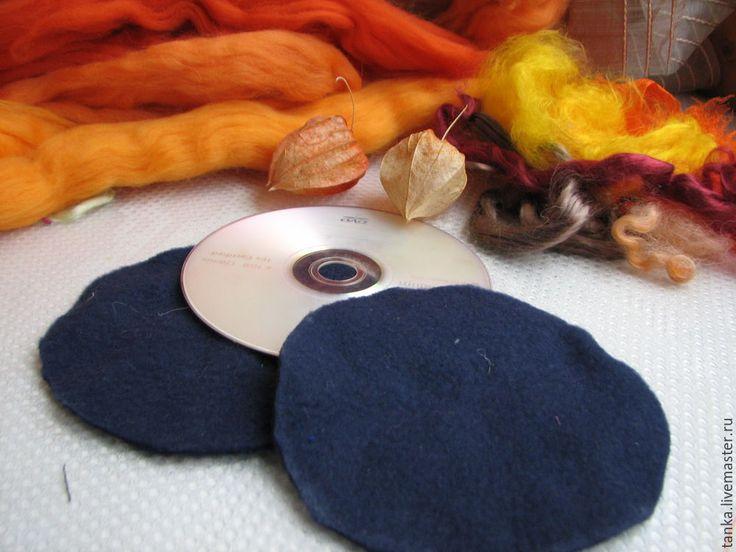 Золотой осенний фонарик. Понадобится: • шерсть мериносовая в гребенной ленте 19-23 мкр;• волокна шелка или вискозы для декора;• синтетическая мягкая ткань, которая не очень хорошо приваливается (в данном примере ткань полартек); • проволока;• мыло; • москитная сетка; • полиэтиленовые перчатки;(CD-диск на фото был использован только для того, чтобы выкроить шаблон).