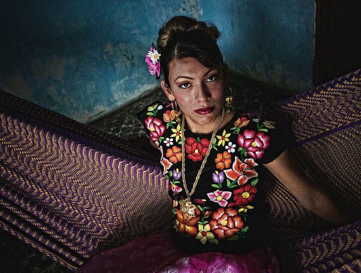 Juchitan: el lugar del matriarcado teco. Juchitán es famoso en todo el mundo porque tienen en el matriarcado su estructura de poder. Las mujeres son las jefas y cabezas de familia y lejos de causar conflicto es aplaudida y respetada. http://cronicasdeasfalto.com/juchitan-el-lugar-del-matriarcado-teco/