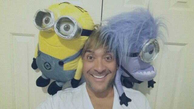 Yeah, Friday night!!! It's  time to hang out with my buddies :)  #LifeAsLeo #minions #fridaynight #friends #selfie #homesweethome #mylife   Siiiii, Viernes por la noche!!! Es hora de pasarla con mis amigos :)