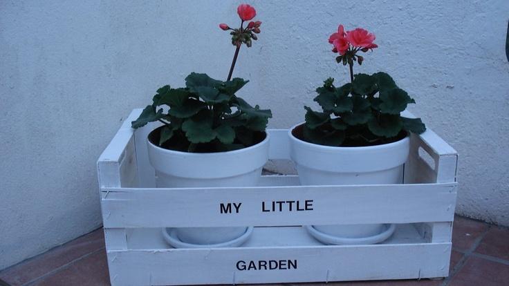 Jardinera con caja de fruta.