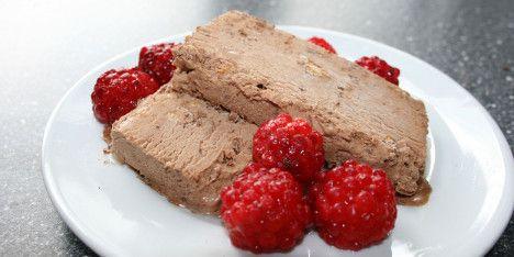 En lækker, hjemmelavet daim- og chokoladeis, der er nem at lave og kan spises allerede 2-3 timer efter!