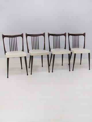 4 stoelen van het Nederlandse merk Stevens, bekleed met witte skai. In nette staat.
