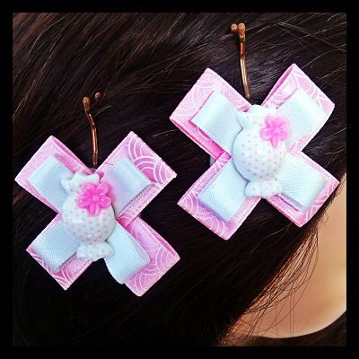 Fairy floss pink and  white ribbons accentuated with a lolly on bobby pins. These deliciously sweet bobby pins feature a lolly accent on beautifully coordinating ribbons in white and fairy floss pink. 7 Sets Available. $7.50 per set.