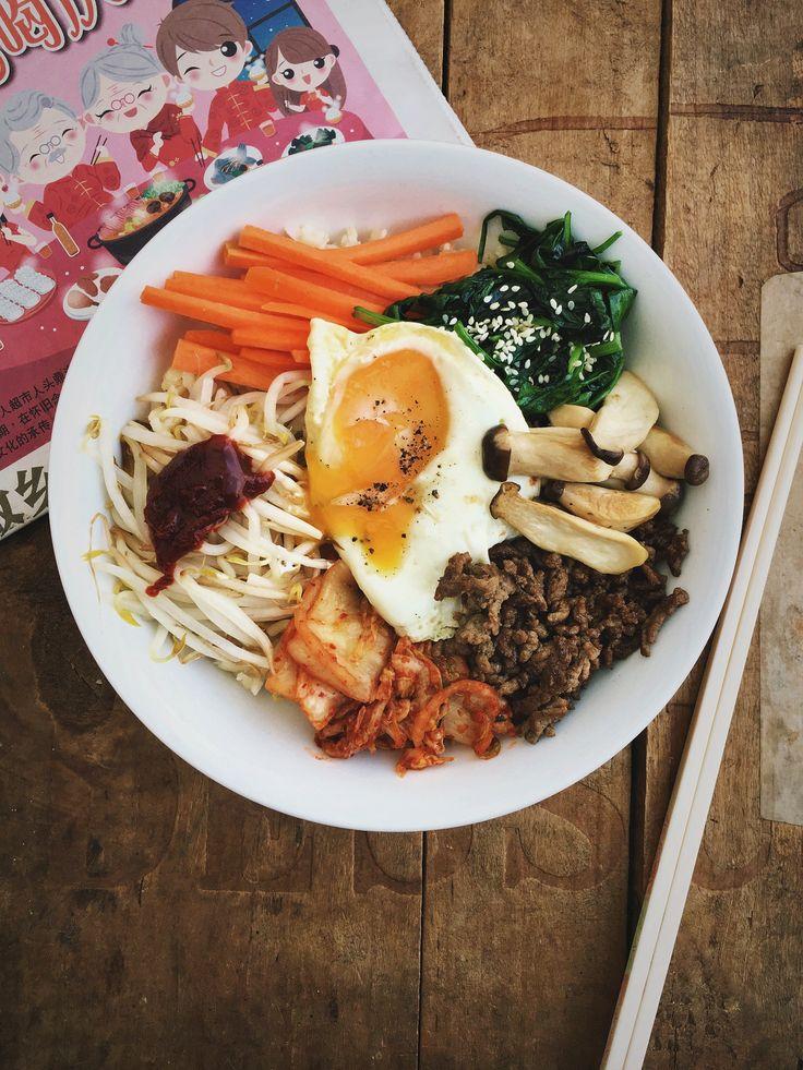 Een super lekker rijstgerecht, Koreaanse bibimbap. Een schaal vol rijst, groenten, gehakt en een lekkere pittige saus. Deze heerlijk gevulde schaal met rijst wordt afgemaakt met een spiegelei.