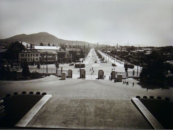 The View South from the Japanese Imperial HQ Building, and the site where the Gwanghwa-mun Gate had been 경복궁(景福宮)의 어제와 오늘