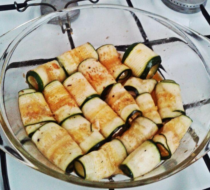 Cuketové rolky 1 cuketa 3 strúčiky cesnaku olivový olej grilovacie korenie balkánsky syr/tehla/niva čierne korenie, soľ Cuketu nakrájame na plátky pomocou škrabky na zemiaky. Zmiešame olej, lisovaný cesnak, gril korenie, čier korenie, soľ, potrieme plátky cukety.  Syry si nakrájame na kocky,  položíme ich na plátky cukety a zvinieme do roliek.  Rolky ukladáme do pekáča tesne vedľa seba (aby nám syr pri pečení nevytiekol..), podlejeme troškou vody a pečieme do zmäknutia na 200° 20 min