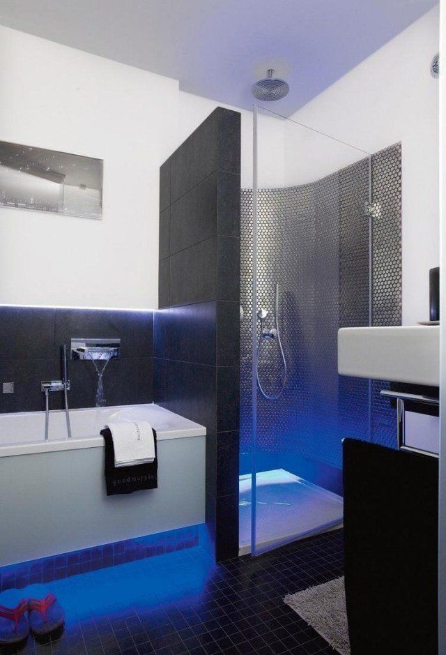 aménagement salle de bain en noir et blanc avec des accents bleus