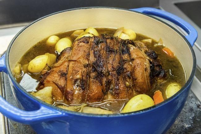 Braisert lammestek - En enkel lammerett som nesten lager seg selv. Perfekt som søndagsmiddag – du kan til og med rekke en liten tur mens steken står i ovnen.