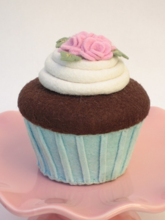 felt cupcake= wouldn't these cute in the window on the cake stands?
