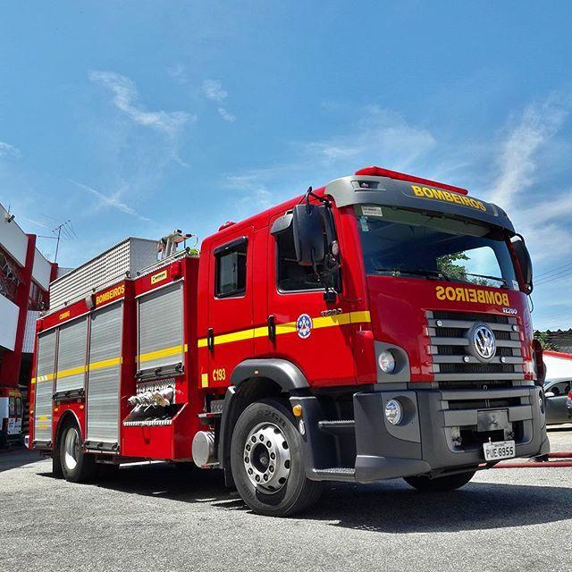 Volkswagen Constellation 17.280 Combate a Incêndio   Visitamos o 2BBM dos @bombeirosmg a convite do @sanderoclubemg_oficial que promoveu um encontro especial com orientações de primeiros socorros. Veja fotos e vídeos agora em nosso Stories!  #CarroEsporteclube #constellation #bombeiros #bombeirosmg #fireman