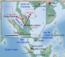 Itinéraire Kuala Lumpur – Pékin. La carte en haut à gauche montre les premières zones de recherche et le trajet suivi. Les petits carrés rouges représentent les contacts radars. Les petits cercles, des zones où des débris supposés ont été signalé