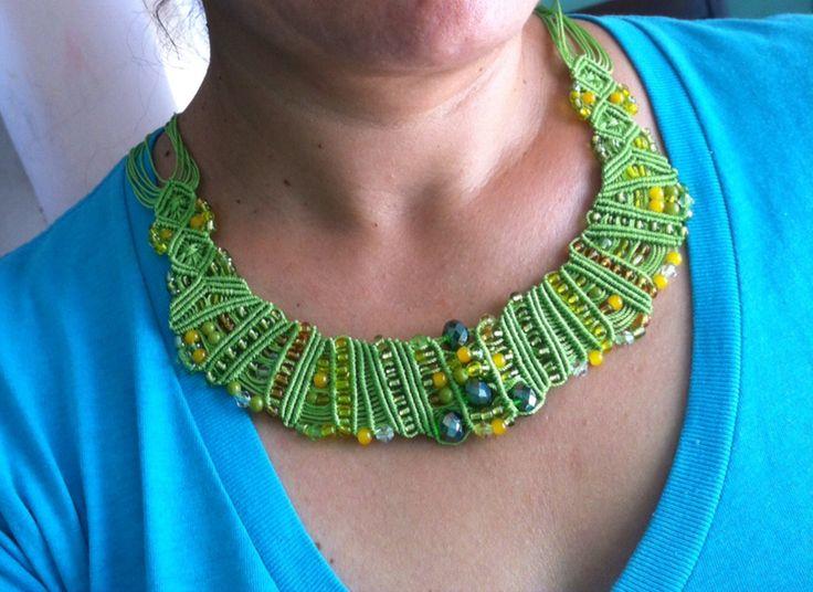 Collar verde con piedritas y cristales