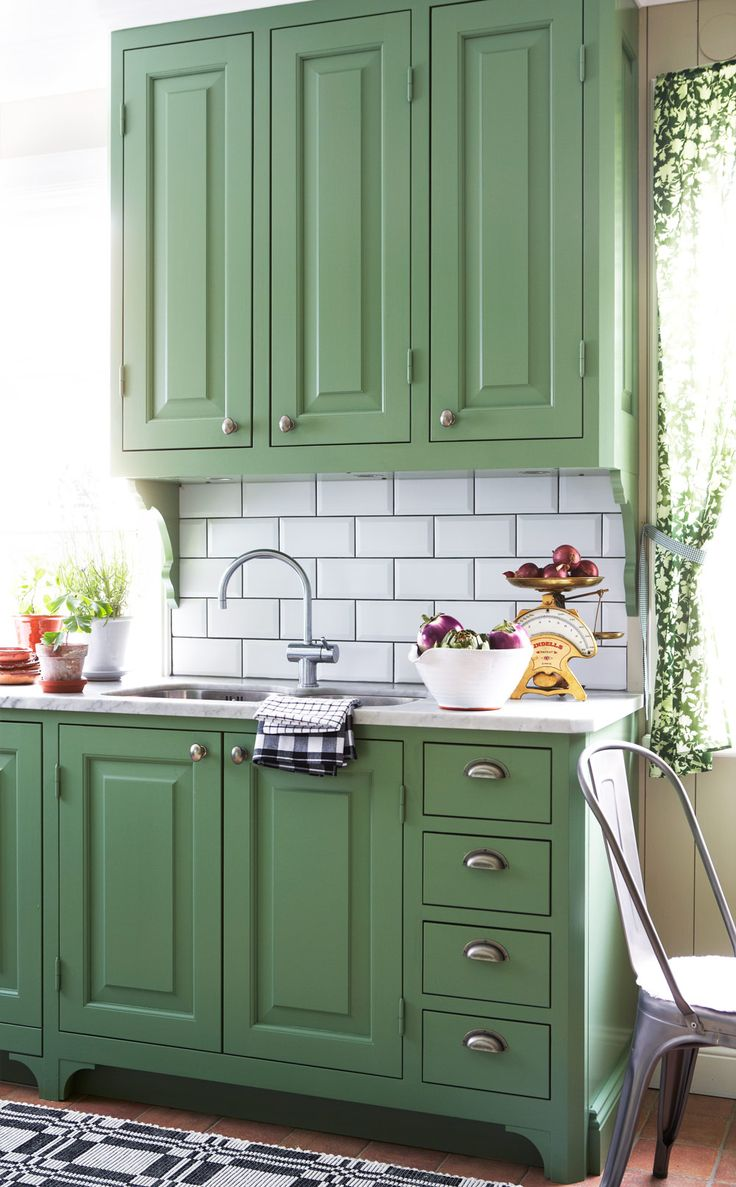 WONDERFUL GREEN COLOR Underbart lantligt kök, här möts två klassiska stilar, engelsk herrgård och fransk vingård.