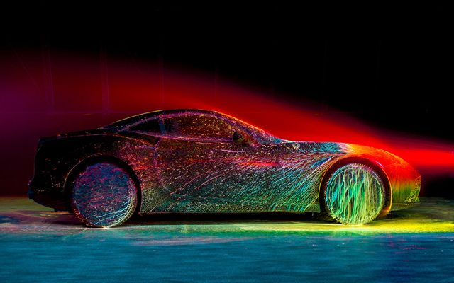 イタリアの高級自動車メーカー「フェラーリ」の新型車「カリフォルニアT」に、ブラックライトに反応する蛍光塗料を吹 […]