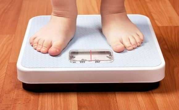 Fumatul în timpul sarcinii, săritul peste micul dejun si orele neregulate de culcare sau somnul insuficient sunt factori importanti ce pot determina dacă un copil este supraponderal sau obez